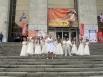 Особенно трогательным оказалось выступление финалистов Национального музыкального конкурса «Фактор «А» Екатерины Лещёвой, Алексея Сулимы и Александра Балыкова, которое чуть не испортил некстати начавшийся дождик.