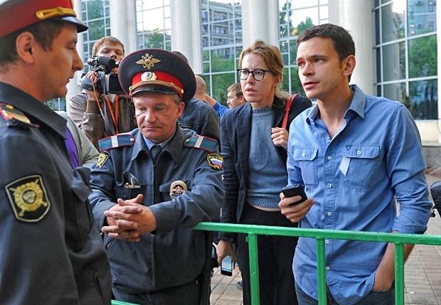 Илья Яшин, телеведущая Ксения Собчак разговаривают с полицейскими в оцеплении на Чистопрудном бульваре