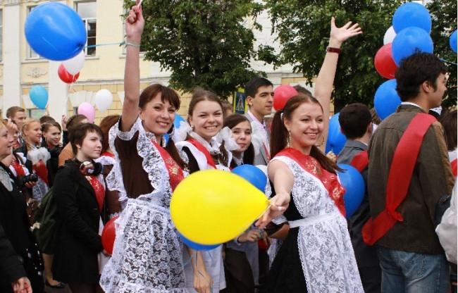 На последний звонок владимирские выпускницы неизменно надевают советскую школьную форму.