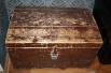 Сундук начала 20 века был найден в брошенной коммунальной квартире в одном из сретенских переулков. Сотрудники музея обнаружили внутри надпись, сделанную карандашом: «МОЙ ТRТR УМЕР ДВАЦАТЬ ПЯТОВА НАИБРЯ» (орфография сохранена).