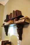 Эта книжная полка единственный  предмет в экспозиции, который находился в этой коммуналке при Булгакове