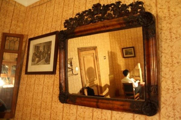 Особую мистическую атмосферу кваритре придают зеркала