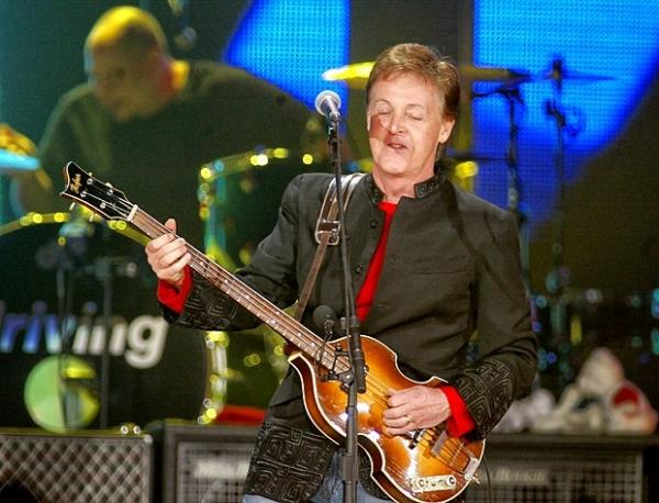 В 1965 году в Букингемском дворце Маккартни вместе с другими участниками The Beatles был награждён Орденом Британской Империи.