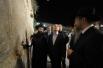 Президент России Владимир Путинво время посещения Стены плача в Иерусалиме. Слева - главный раввин России (Федерация еврейских общин России) Берл Лазар.