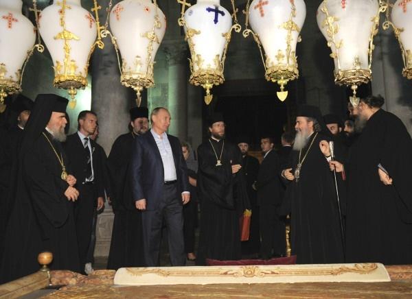 Президент России Владимир Путин  и патриарх иерусалимский Феофил Третий  во время посещения Храма Гроба Господня в Иерусалиме.