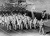 Советская Олимпийская команда на параде в день открытия XVIII Олимпийских игр в Токио в 1964 году. Знамя несет советский тяжелоатлет, заслуженный мастер спорта Юрий Власов.