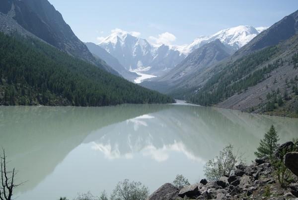 Озеро Маашей возникло в районе Северо-Чуйского хребта на высоте 1984 метра около сотни лет назад, когда мощный оползень перегородил русло реки Мажой.