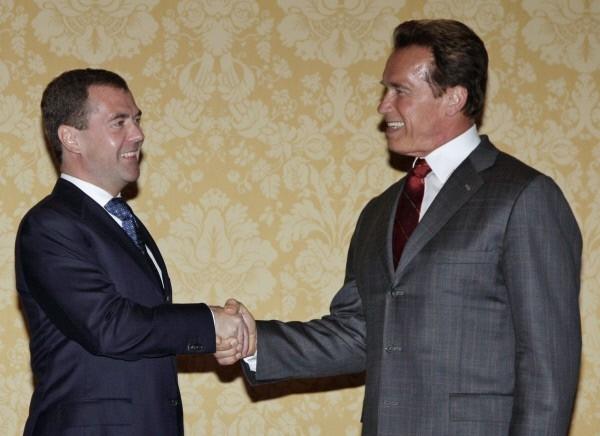 23 июня 2010 г. Президент России Дмитрий Медведев и губернатор Калифорнии Арнольд Шварценеггер (слева направо) во время встречи.