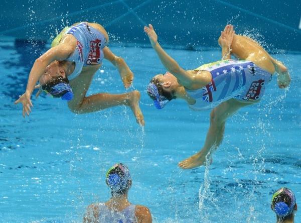 Австралийские спортсменки выступают с технической программой командных соревнований по синхронному плаванию на XXX летних Олимпийских играх в Лондоне.