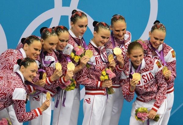 Российская сборная, занявшая первое место в произвольной программе в финале соревнований по синхронному плаванию на ХХХ Олимпийских играх в Лондоне, на церемонии награждения.