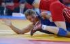 Российская спортсменка Валерия Жолобова (в синем) и спортсменка из Азербайджана Юлия Раткевич во время поединка за бронзовую медаль на соревнованиях по вольной борьбе среди женщин в весовой категории до 55 кг на Олимпийских играх 2012 года в Лондоне.