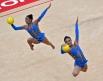 Великобританские гимнастки выполняют упражнения с мячом во время квалификации в групповых соревнованиях по художественной гимнастике на ХХХ летних Олимпийских играх 2012 года в Лондоне.