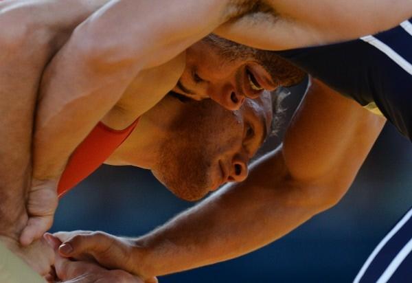 Российский борец Алан Хугаев и борец из Белоруссии Алим Селимов (слева направо) во время поединка 1/8 финала на соревнованиях по греко-римской борьбе в весовой категории до 84 кг на Олимпийских играх 2012 в Лондоне.