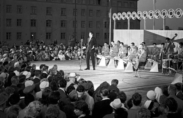 Певец из Азербайджана Муслим Магомаев в дни VIII Всемирного фестиваля молодежи и студентов в Хельсинки. 1962 г.