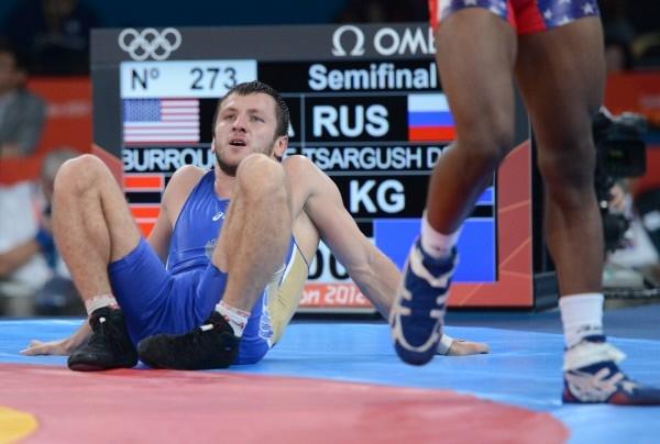 Российский борец Денис Царгуш во время полуфинального поединка на соревнованиях по вольной борьбе среди мужчин в весовой категории до 74 кг против атлета из США Джордана Барроуза на Олимпийских играх 2012 года в Лондоне.