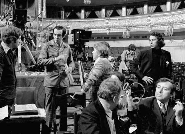 Певец Муслим Магомаев (второй справа) разговаривает с сотрудниками французского телевидения, снимающими концерт в Большом театре. 1976 г.