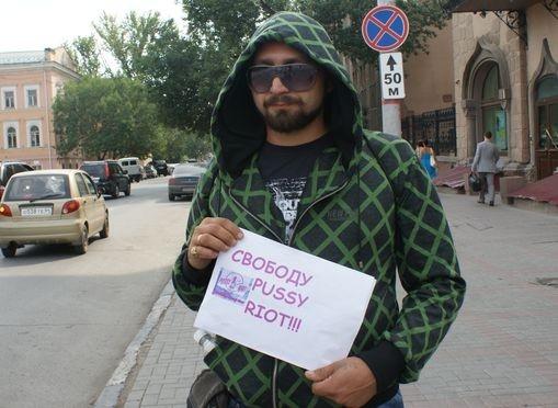 В Саратове проходят одиночные пикеты в поддержку Pussy Riot