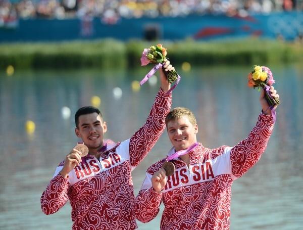 Российские спортсмены Илья Первухин и Алексей Коровашков (слева направо), завоевавшие бронзовые медали, на церемонии награждения призеров соревнований по гребле на каноэ-двойках на дистанции 1000 метров на Олимпийских играх 2012 года в Лондоне.