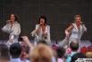 Для всех молодоженов звезды мюзикла «Mamma Mia!» устроили концерт, исполнив песни группы ABBA, среди которых «Dancing Queen», «Money, Money,Money», «The Winner Takes ItAll»,