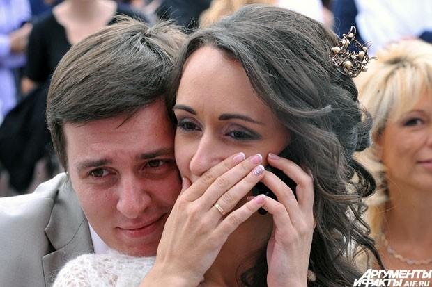 Особенный приз для участников приготовил и АиФ – пару счастливых молодоженов ждал телескоп. Прийти на праздник можно было только в свадебном наряде. Он давал пропуск  в специальную VIP-зону, где пары могли разместиться с комфортом