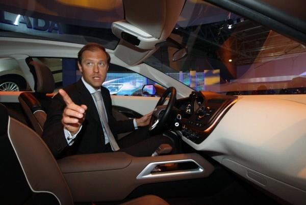 Министр промышленности и торговли РФ Денис Мантуров сидит за рулем концепт-кара Lada XRAY