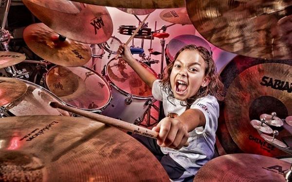 Самый молодой профессиональный барабанщик.  Он родился 14 мая 2004 и живет в США.