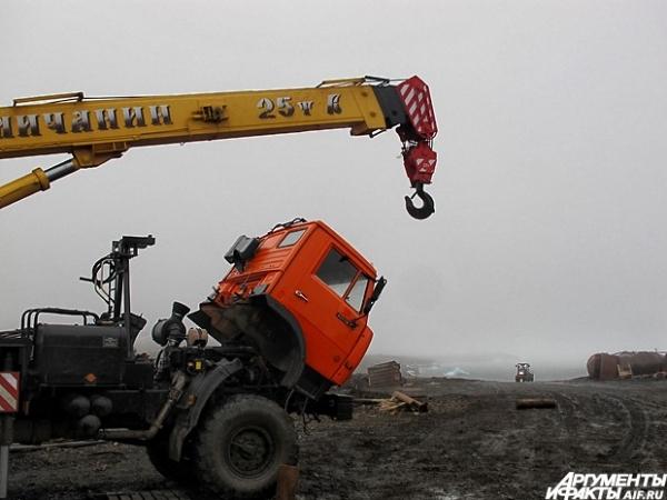Работать в непролазной грязи может лишь тяжелая техника