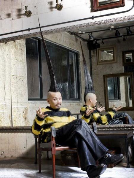 Японский дизайнер (справа) тоже отличился: высота его прически составляет почти 1 метр 12 см. На ее укладку уходит 3 банки лака для волос и большая бутылка с гелем
