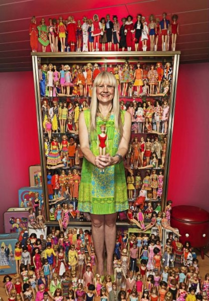 52-летняя коллекционерша (слева) начала собирать кукол в 1993 году. Сейчас ее коллекция Барби насчитывает 15 000 различных экземпляров.