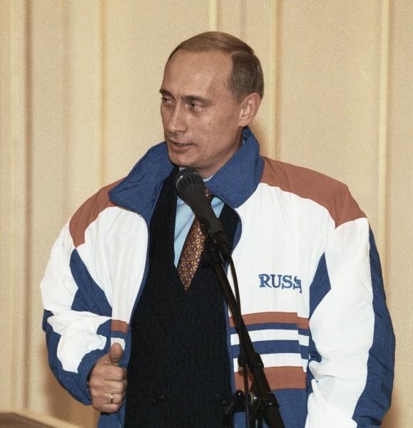 В 1975 г. закончил юридический факультет Ленинградского государственного университета. Кандидат экономических наук. Владеет немецким и английским языками. На фото: 1999 год