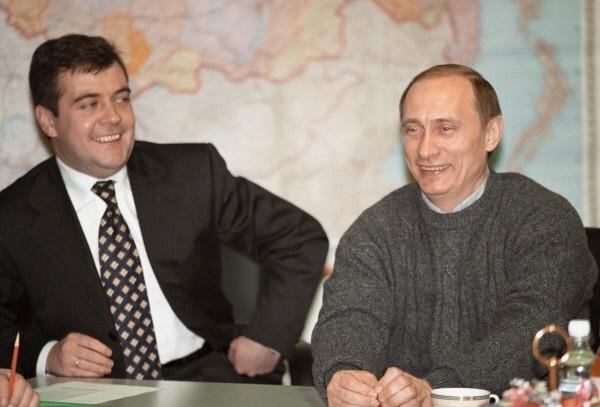 Владимир Путин (справа) и руководитель избирательного штаба кандидата на должность Президента РФ Дмитрий Медведев (слева) проводят пресс-конференцию в избирательном штабе. 2000 год