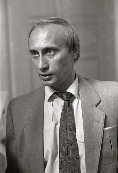 Владимир был третьим сыном в семье — двое старших братьев, родившихся ещё в тридцатые годы, умерли в детстве<p>На фото: заместитель мэра Ленинграда Владимир Путин в Мариинском  дворце. 1991 год