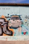 Одно из граффити Берлинской стены — «Трабант», символ ГДР.