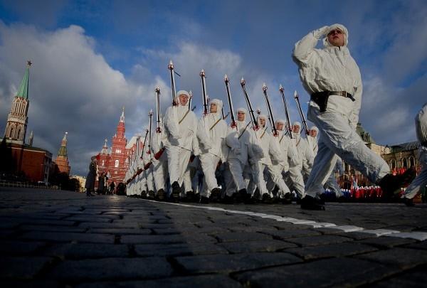 Военнослужащие, одетые в военную форму 1941 года, во время торжественного марша на Красной площади в честь 71-й годовщины Парада 1941 года.