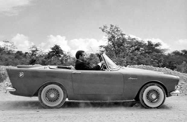 Самым первым  бондовским супер-каром стал английский Sunbeam Alpine Convertible в «Докторе Но».