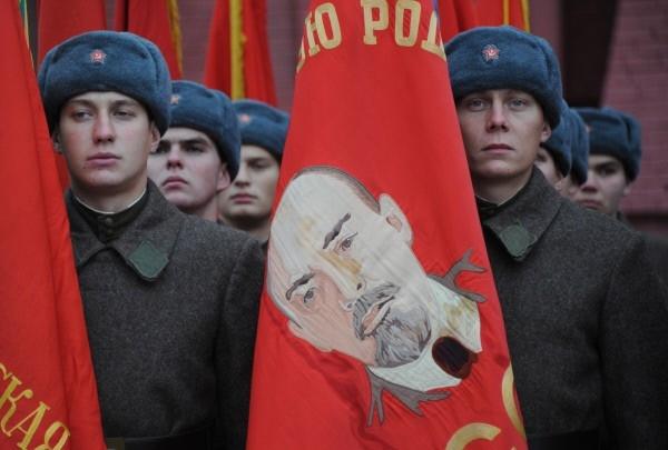 Одетые в военную форму 1941 года военнослужащие на Красной площади во время торжественного марша, посвященного 71-й годовщине Парада 1941 года.