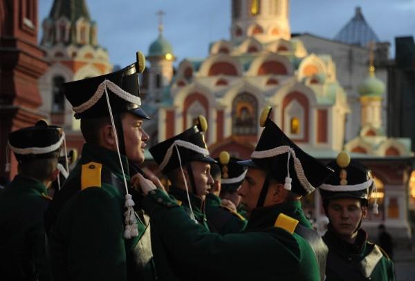 Одетые в военную форму 1812 года военнослужащие на Красной площади перед торжественным маршем, который посвящен 71-й годовщине Парада 1941 года.