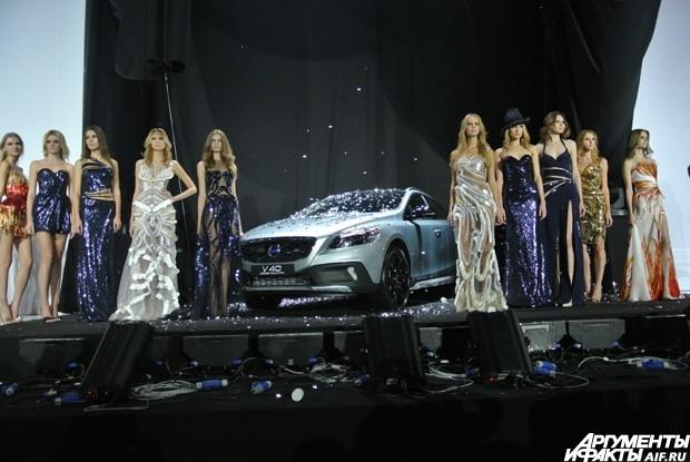 По традиции, первым в 28-ом сезоне стал показ модельера Валентина Юдашкина.