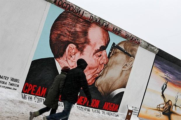 Дмитрий Врубель. «Господи! Помоги мне выжить среди этой смертной любви» на Берлинской стене