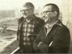 Борис (справа) и Аркадий Стругацкие на балконе. 1980-е годы, Москва.