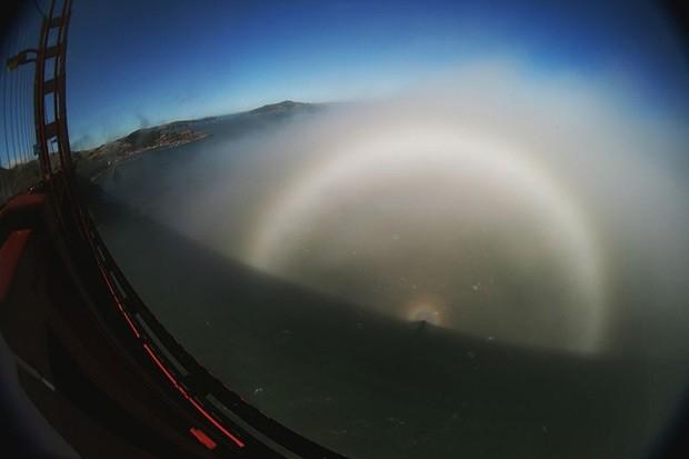 Туманная радуга - Отсутствие цветовой окраски, как у обычной радуги, объясняется относительно малыми размерами капелек воды. Внутренняя сторона белой радуги может быть немного окрашена в фиолетовый цвет, а внешняя — в оранжевый