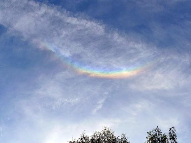 Перевернутая радуга. Для появления в небе перевернутой радуги (околозенитной дуги, зенитной дуги — одного из видов гало) необходимы специфические погодные условия, характерные для Северного и Южного полюсов. Перевернутая радуга образуется за счет преломле