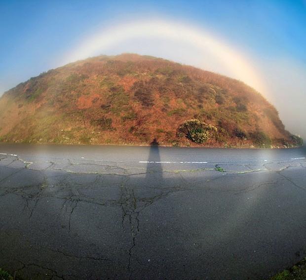 Туманная радуга— радуга, представляющая собой широкую блестящую белую дугу, обусловленную преломлением и рассеиванием света в очень мелких капельках воды.