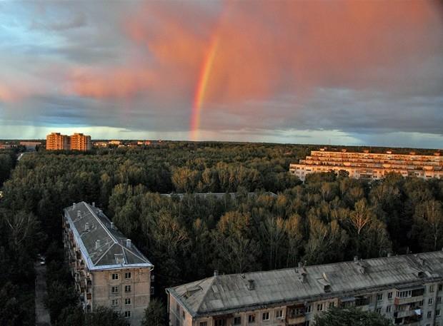 Новосибирск. В вечернее время можно увидеть светящийся столбик в небе, сильный мороз дает такие эффекты.