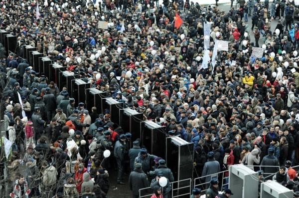 """24.12.2011 г. Участники митинга оппозиции """"За честные выборы"""" проходят через металлоискатели, установленные на проспекте Академика Сахарова в Москве."""
