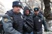Сотрудники правоохранительных органов задерживают участника акции у Замоскворецкого суда, где проходит оглашение приговора по делу Расула Мирзаева.