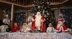 Дед Мороз в окружении своих гостей в своей резиденции в Великом Устюге.