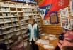 Сотрудница Почты Деда Мороза сортирует письма, пришедшие на имя Деда Мороза