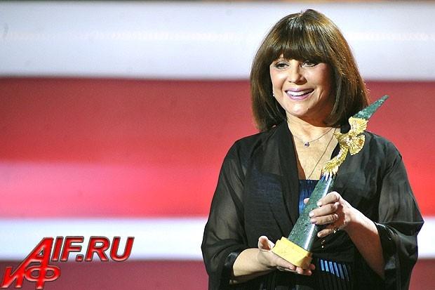 Актриса Наталья Варлей вручает статуэтку