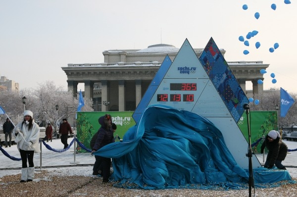 Церемония торжественного запуска олимпийских часов на площади Ленина в Новосибирске.